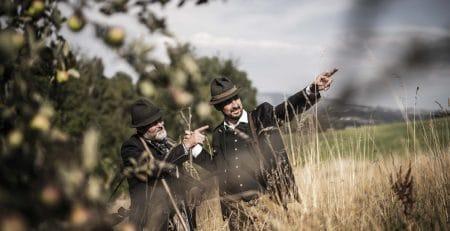 Zwei Jäger halten Ausschau auf einem Feld